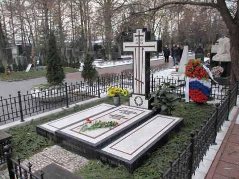 Rostropovich_Vishnevskaya_grave_4